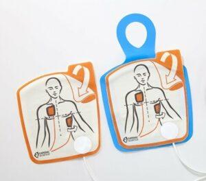 Använda hjärtstartare. Så fäster du elektroderna på patienten.
